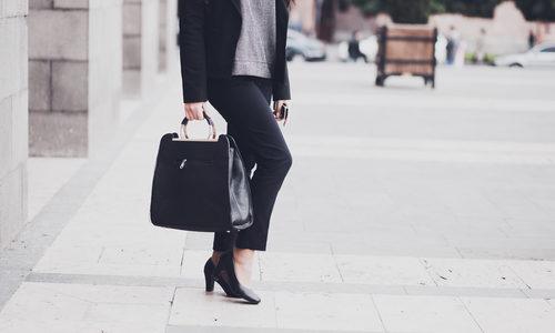 スーツにも私服にも合う!女性フリーランスのカバンや靴でオススメのブランド